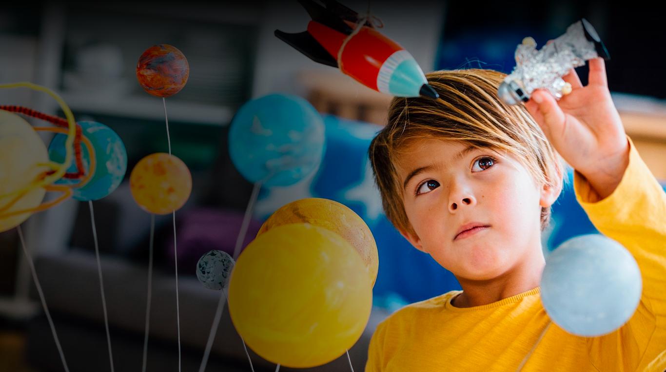 criança brincando com astronauta