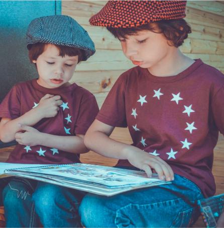 crianças aprendendo juntas