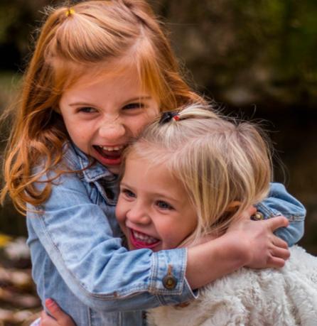 crianças em um abraço