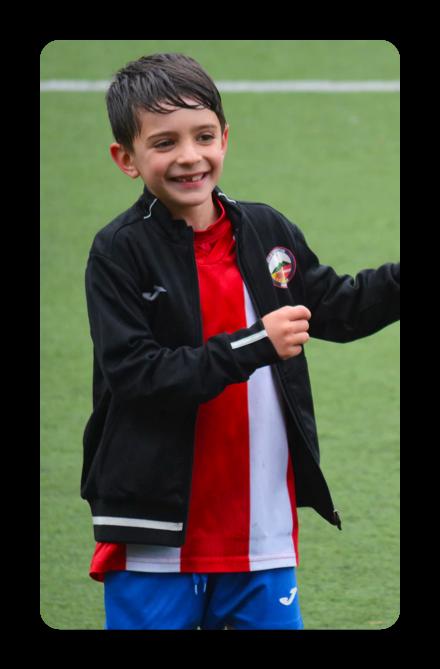 criança jogando futebol